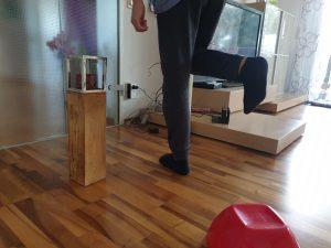 Schafft Finn es, auf einem Bein rund um den Kerzenständer zu springen? © CMM