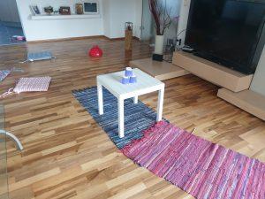 So hat Finn den Parcours im Wohnzimmer aufgebaut. Dazu hat er einige Polster, Teppiche, einen Beistelltisch vom Balkon, eine Salatschüssel, Becher aus der Küche und eine Kerzenständer verwendet. © CMM