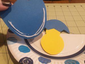 Achtung beim Aufkleben vom Ei: Kleber darf nur am Rand sein, sonst kann das Küken nicht verschwinden! © CMM