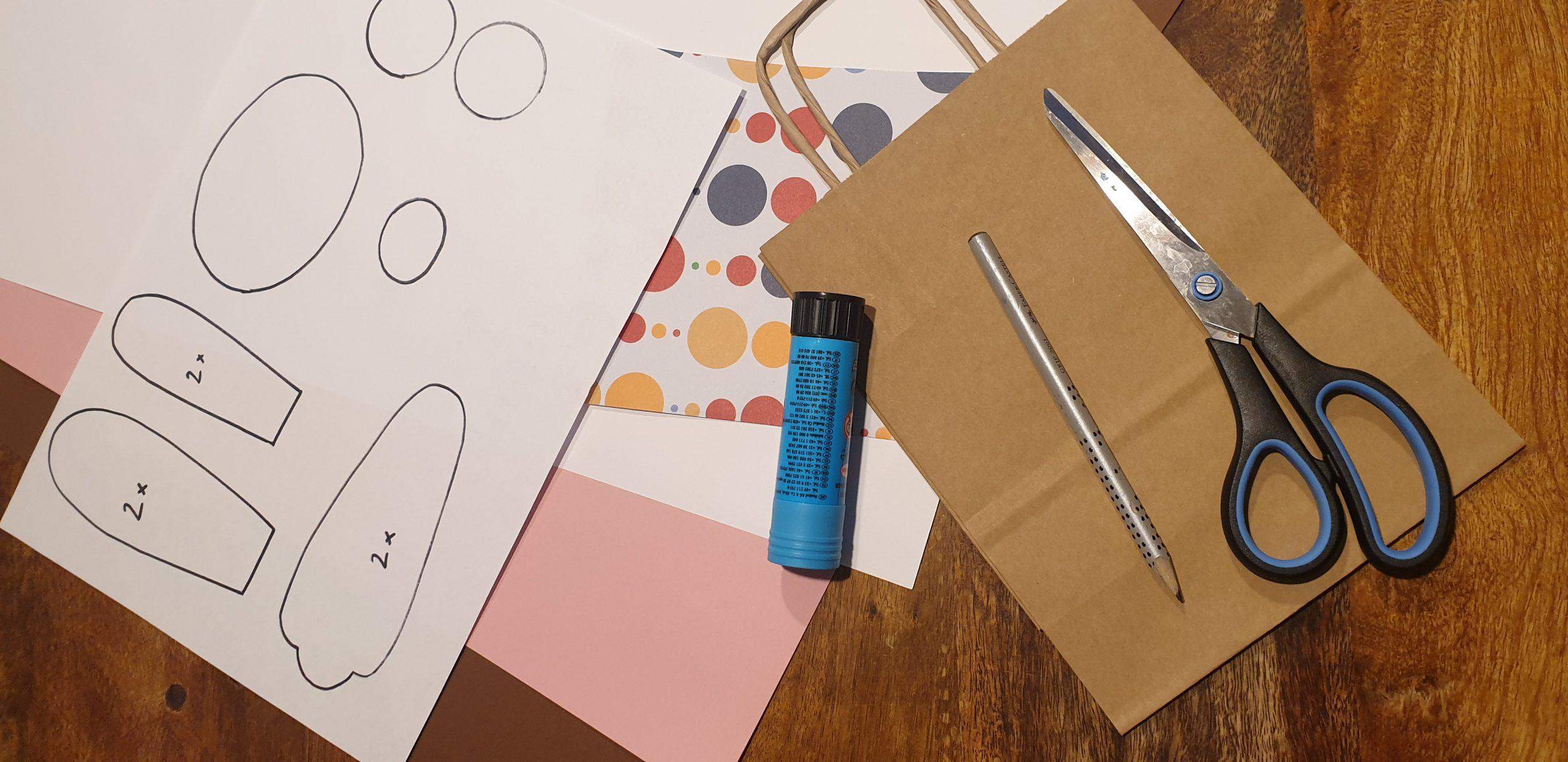 Für das Osterhasensackerl brauchst du die Vorlage, Papier, Bleistift, eine Schere, Kleber und ein Papiersackerl. © CMM