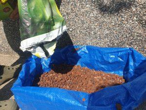 Die unterste Schicht im Sack dient der Drainage. Wir haben Blähton verwendet. © CMM