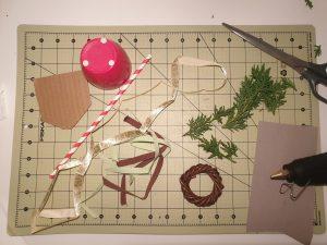 Diese Materialien brauchst du zum Basteln des Maibaums. Du kannst manches aber mit Dingen ersetzen, die du zu Hause hast (siehe Anleitung). © ausprobiert.at