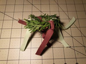 Binde einige Bänder mit einem Knoten an den Kranz. © ausprobiert.at