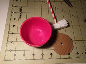 Damit dein Maibaum steht, befestigst du ihn mit Styropor und einem Kreis aus Karton. © ausprobiert.at