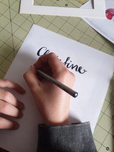 Namen für das Türschild auf Papier schreiben. © CMM