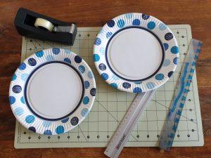 Mit 2 Papierteller und 2 Linealen haben wir unsere Tennisschläger gebastelt. © CMM