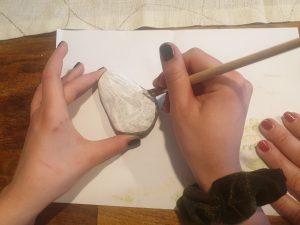 Die Steine für die Figuren aus dem Buch haben wir zuerst mit weißer Acrylfarbe grundiert. © ausprobiert.at