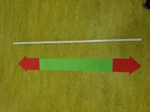 Der Meterstab liegt am Boden. So lang ist ein Meter! © ausprobiert.at