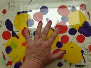 Presse mit der Hand auf die beiden Scheiben. Drücke auf die Farbkleckse, damit sie sich vermischen. © ausprobiert.at