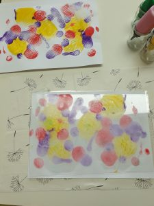 Presse ein Blatt Papier auf die bunten Farbtupfer. So druckst du die Farbe auf das Papier. © ausprobiert.at