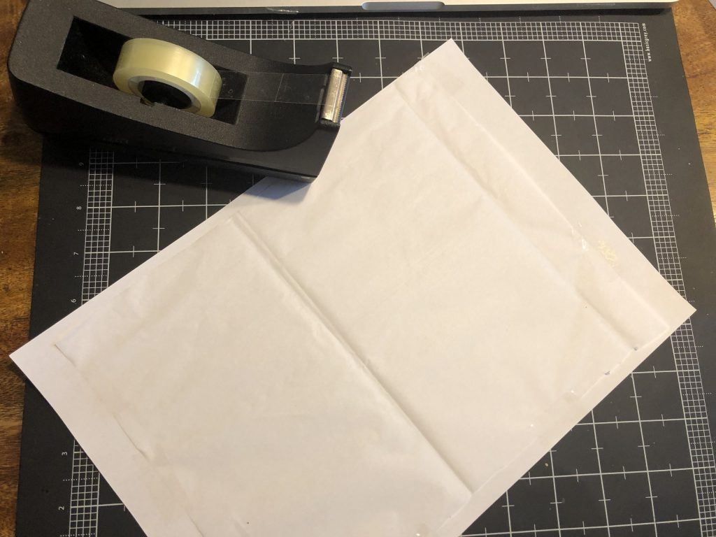 Fixiere Seidenpapier mit Klebeband auf einem Blatt Papier. © ausprobiert.at