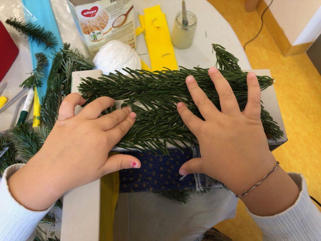 Mit viel Eifer dekorieren die Kinder eine Schuhschachtel als Wichtelhäuschen. © ausprobiert