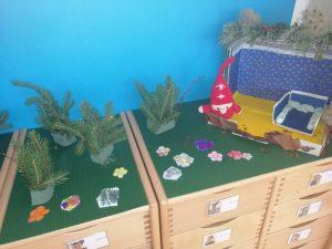 TAG 2: Der Wichtel hatte sich einige Blumen als Deko für sein Häuschen gewünscht. Noch wenig weihnachtlich, aber farbenfroh! Die Kinder haben sich sehr gefreut, dass sie helfen durften und waren eifrig bei der Sache. © ausprobiert.at