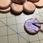 Das Bild auf der Scheibe (oder dem Stein) platzieren und nochmals mit Serviettenlack einstreichen. © ausprobiert.at