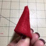 Klebe die Seiten des Dreieecks mit Heißkleber zusammen! Bitte lass das einen Erwachsenen machen! © ausprobiert.at