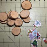 Ich finde, die Holzscheiben greifen sich gut an und passen zum Nikolo-Thema. © ausprobiert.at